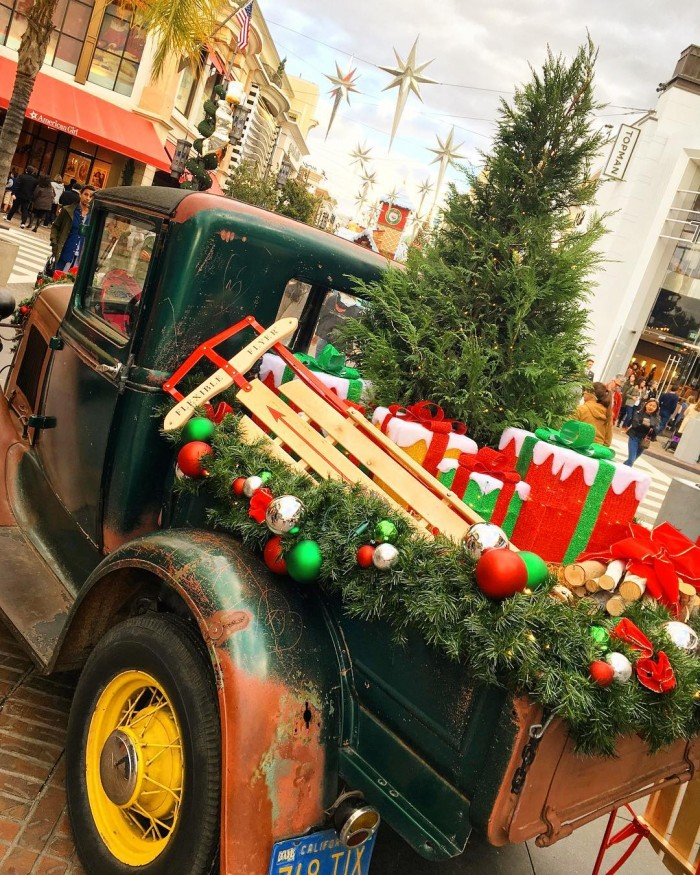 its-really-christmassy-outside-christmas-truck-holiday-gifts-the-grove-los-angeles-by-aisland_at-11-30-2016-1